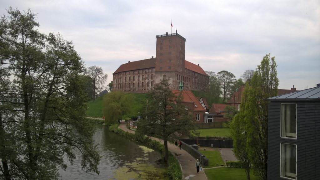 Widok na zamek w Kolding z naszego apartamentu